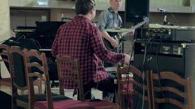 Jazz novo do jogo dos músicos na sala de concertos video estoque