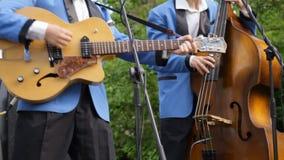 Jazzband die muzikale instrumenten spelen De musici die speeljazz, schommeling, blauw, rots zingen - en - rollen muziek orkest stock videobeelden