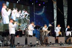 Jazzband på nätter för festival för öppen luft vita Royaltyfri Foto