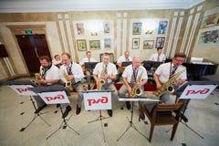 Jazzbandet utför i foajé Arkivbilder