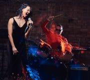 Jazzbandkapacitet Koppla ihop av musiker - en handelsresande och en sångare i en nattklubb arkivbilder