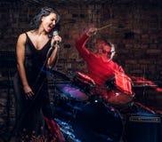 Jazzbandkapacitet Koppla ihop av musiker - en handelsresande och en sångare i en nattklubb royaltyfria foton