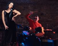 Jazzbandkapacitet Koppla ihop av musiker - en handelsresande och en sångare i en nattklubb royaltyfri foto