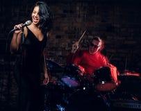 Jazzbandkapacitet Koppla ihop av musiker - en handelsresande och en sångare i en nattklubb royaltyfri bild