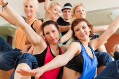 Jazzdance - danse des jeunes dans le studio image stock