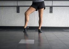 Jazzdansaren poserar med foten i pik royaltyfria bilder