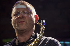 Jazzman Mikolaj Trzaska under konsert Arkivbilder