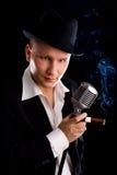 Jazzman y micrófono retro Imagen de archivo