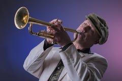 Jazzmann, der die Trompete spielt Lizenzfreie Stockbilder