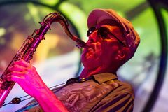 Jazzmusicus die de saxofoon spelen stock afbeelding