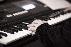 Jazzmusicus het spelen het muzikale instrument van het pianotoetsenbord Stock Afbeelding