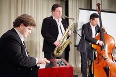 Jazzmusikbandet utför Arkivfoton