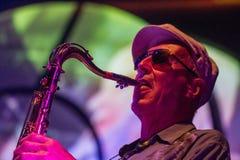 Jazzmusiker som spelar saxofonen Arkivfoton