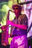 Jazzmusiker som spelar saxofonen Arkivfoto