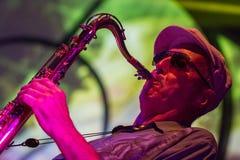 Jazzmusiker som spelar saxofonen Royaltyfri Fotografi