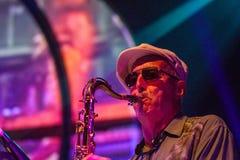 Jazzmusiker som spelar saxofonen Royaltyfri Foto