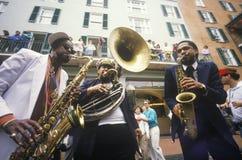 Jazzmusiker som utför på den franska fjärdedelen, New Orleans på Mardis Gras, LA arkivbild