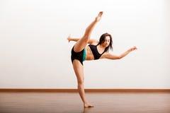 Jazzowego tancerza rozgrzewkowy up Zdjęcia Royalty Free