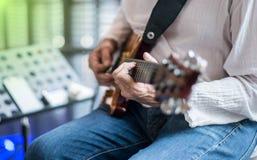 Jazzowy gitarzysty chylenia sznurek obraz stock