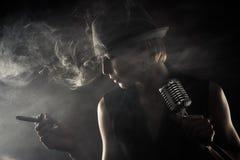 Jazzsångare med cigarren och mikrofonen Arkivbild