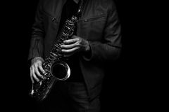 Jazzsaxofonspelare på den svartvita färgen för etapp Royaltyfria Bilder