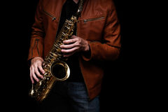 Jazzsaxofonspelare på etappen Arkivbilder