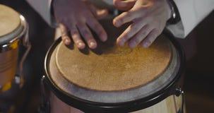 Jazzslagwerker het spelen bij trommels stock video