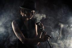Jazzsångarekvinna med den retro mikrofonen Royaltyfria Bilder