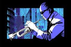 Jazztrumpetspelare över en stadsbakgrund Arkivfoto