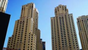 JBR, Jumeirah-Strandtoevlucht, een nieuw toeristische attractiegebied met winkels, restaurants en woonwolkenkrabbers in Doubai stock videobeelden