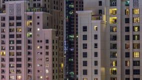 JBR am Nacht-timelapse mit Wohnwolkenkratzern in Dubai, Arabische Emirate stock footage