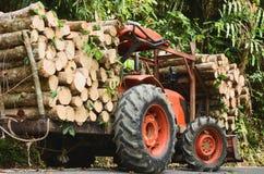 JCB anaranjado del tractor o madera cargada del camión en el bosque fotos de archivo libres de regalías