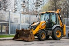 JCB Company可认识的黄色颜色大英国普遍反向铲装载者普遍模型  免版税图库摄影