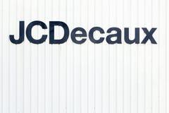 JCDecauxembleem op een muur Stock Foto's