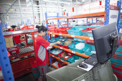JD personal de COM que recibe mercancías entrantes Imágenes de archivo libres de regalías