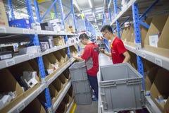 JD personal de COM que recibe mercancías entrantes Foto de archivo