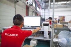 JD personnel de COM recevant les marchandises entrantes Image libre de droits