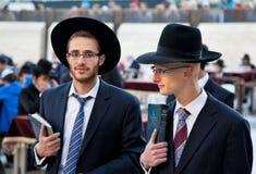 Jüdisches Beten an der westlichen Wand Stockfotos