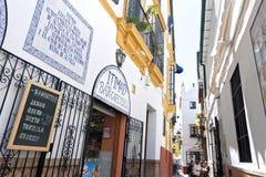 Jeść i Pić, zwężamy się aleje w w centrum Seville zdjęcia stock