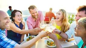 Jeść Pijący świętowanie przyjaźni Urlopowego pojęcie zdjęcie royalty free