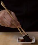Jeść rolkę z chopsticks Zdjęcie Royalty Free