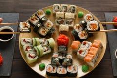 Jeść ustawiam suszi rolki w japoński resaturant i mak Zdjęcie Royalty Free
