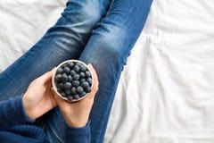 jeść zdrowo pojęcia Kobieta ma czarne jagody w łóżku Fotografia Stock