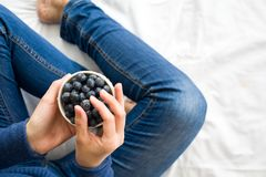 jeść zdrowo pojęcia Kobieta ma czarne jagody w łóżku Fotografia Royalty Free