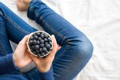 jeść zdrowo pojęcia Kobieta ma czarne jagody w łóżku Obrazy Stock