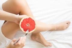 jeść zdrowo pojęcia Kobieta ma grapefruitowego w łóżku Zdjęcie Stock