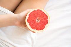 jeść zdrowo pojęcia Kobieta ma grapefruitowego w łóżku Obraz Royalty Free