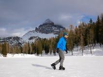 Jeździć na łyżwach na Lago d ` Antorno w dolomitach obrazy stock