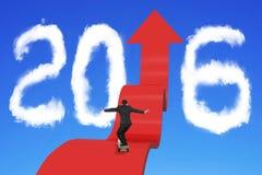 Jeździć na deskorolce biznesmena na strzałkowatej oddolnej ścieżce z 2016 chmurami Zdjęcie Stock