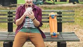 Jeździć na deskorolce Siedzącego relaksu parka wakacje pojęcie zdjęcia stock